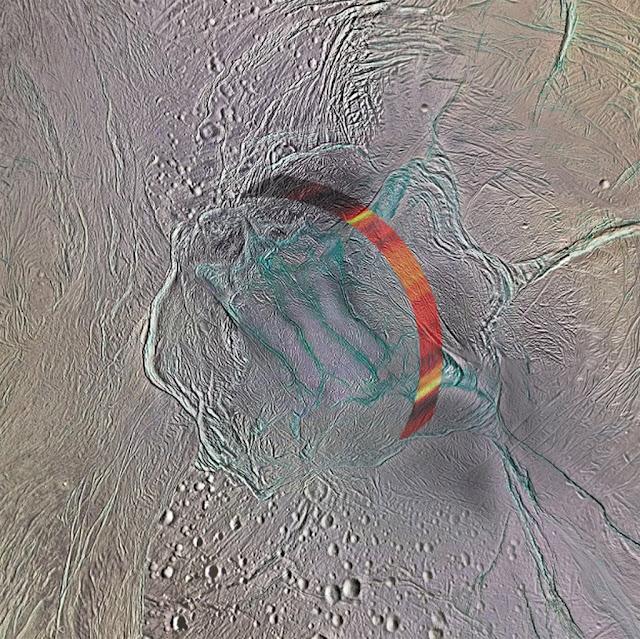 Agua quase chega na superfície do polo sul de Encelado