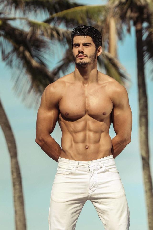 Mariano Jr. mostra shape trincado em ensaio à beira mar. Foto: Márcio Farias