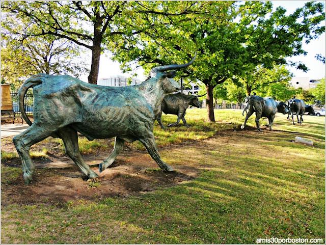 Escultura Texas Longhorn en el Trail in Legacy de Plano