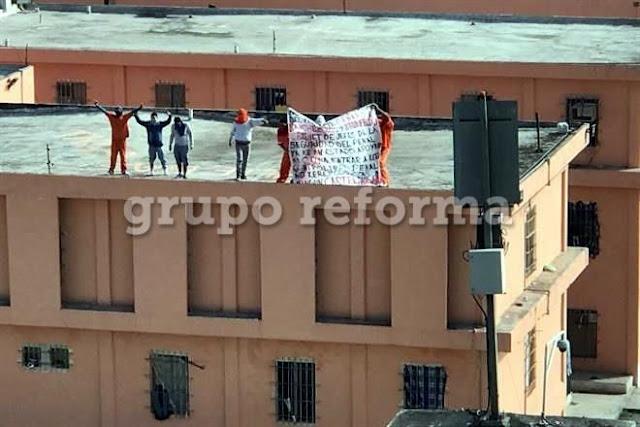 Reos encapuchados protestan con manta en penal de Topo Chico y Apodaca contra mandos