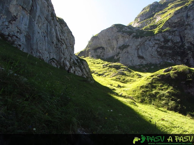 Camino a la canal del valle de Ozania