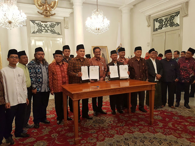 Penandatangan MOU dan Perjanjian Kerjasama antara Pemprov DKI Jakarta dengan Penguru Besar Nahdlatul Ulama (PBNU) terkait Jakarta Islamic Centre (JIC) dan Masjid Raya KH.Hasyim Asy'ari, Jum'at (08/09/2017).