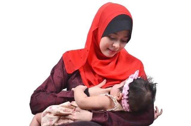 Hasil gambar untuk ibu berhijab memberikan asi pada anak