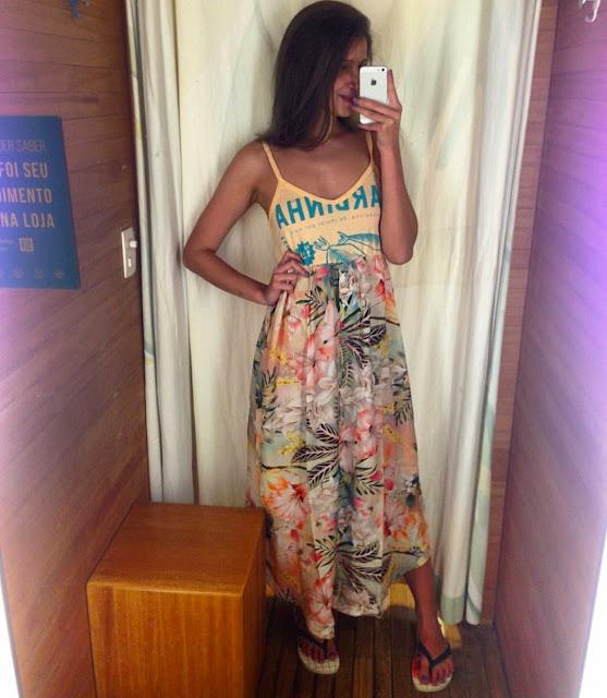 Look de verão com vestido e havaianas estampadas