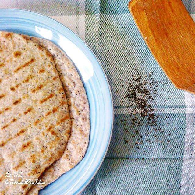 Piadina di farina di mandorle, lino e integrale, semi chia
