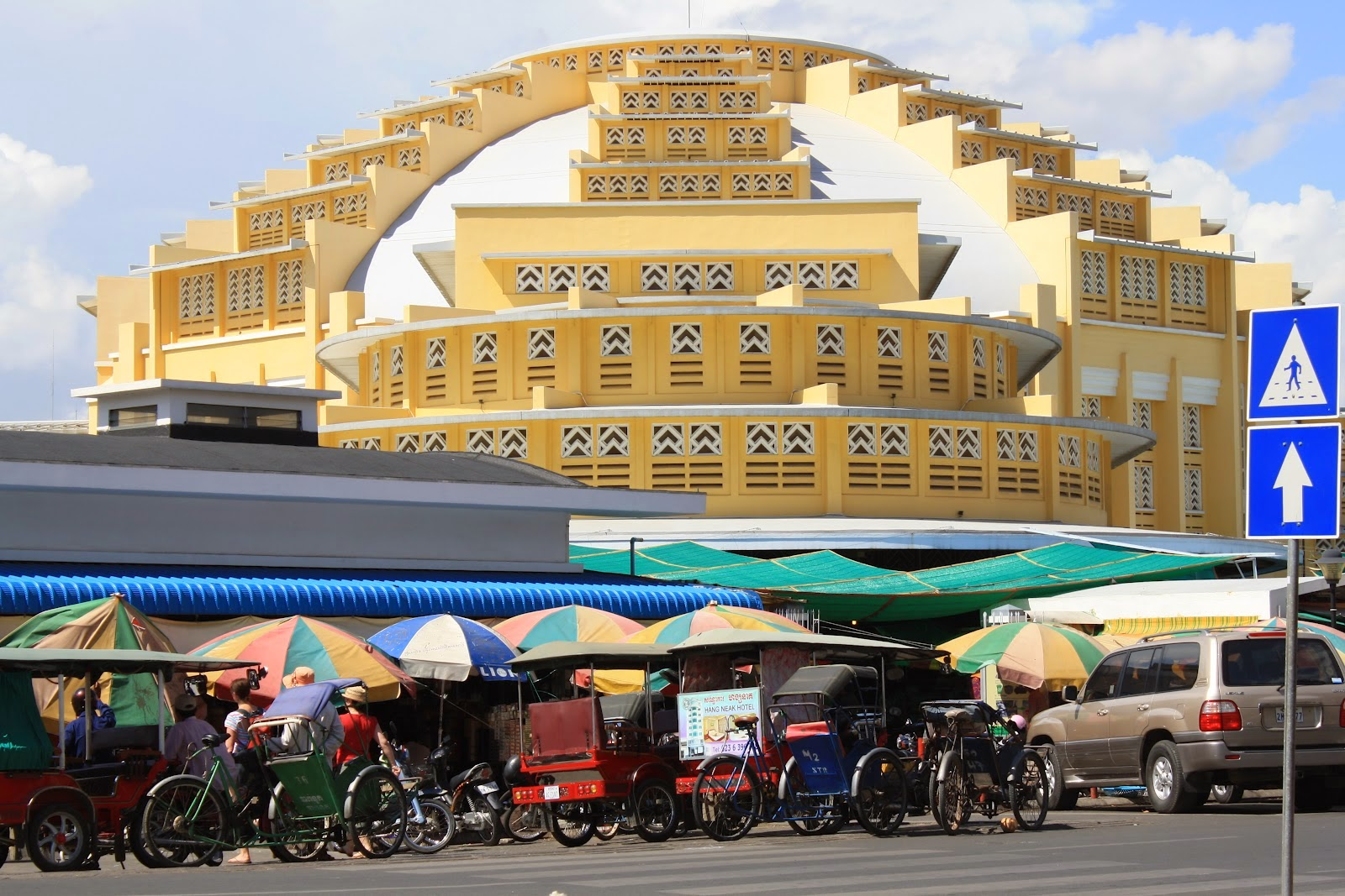 Quang cảnh trước chợ PhSa-Thmey