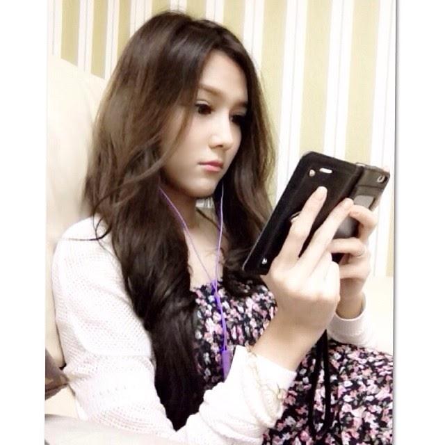 Foto nattasha nauljam sedang bermain handphone