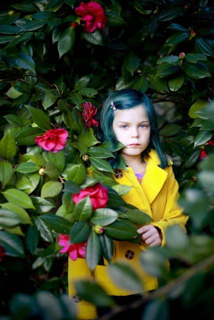 niña entre las flores
