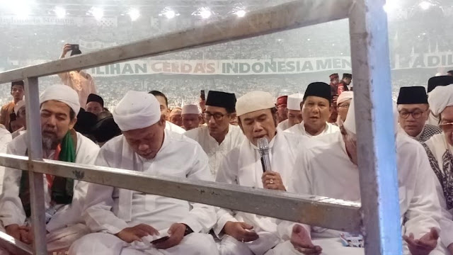 Prabowo-Sandiaga Salat Subuh Berjemaah di GBK