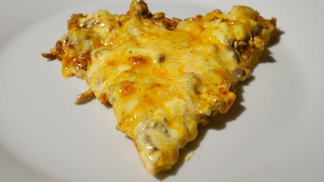 Pizza mit Soße Hollandaise