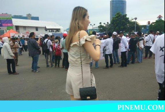 Bikin Kaget! Lihat Pengunjung DWP Melintas dengan Pakaian Aduhai