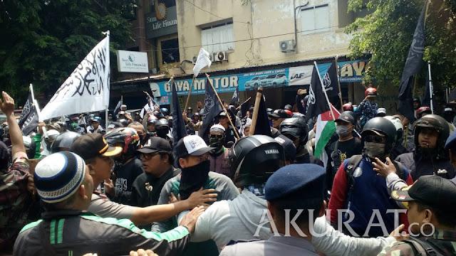Aksi Kecam Pembakaran Bendera Tauhid di Kantor PCNU Solo Sempat Ricuh