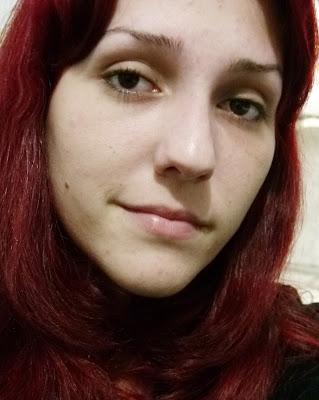 Nas fotos estou só com a base líquida no rosto inteiro, dá pra notar uma  grande diferença não é  Gente, ela cobre sim as imperfeições, esconde muito  bem as ... 02fa139fb7