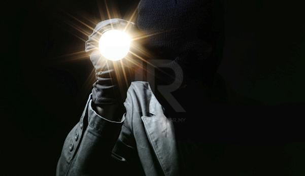 'Jam 1 pagi, tiba-tiba ada orang suluh lampu dalam kereta'