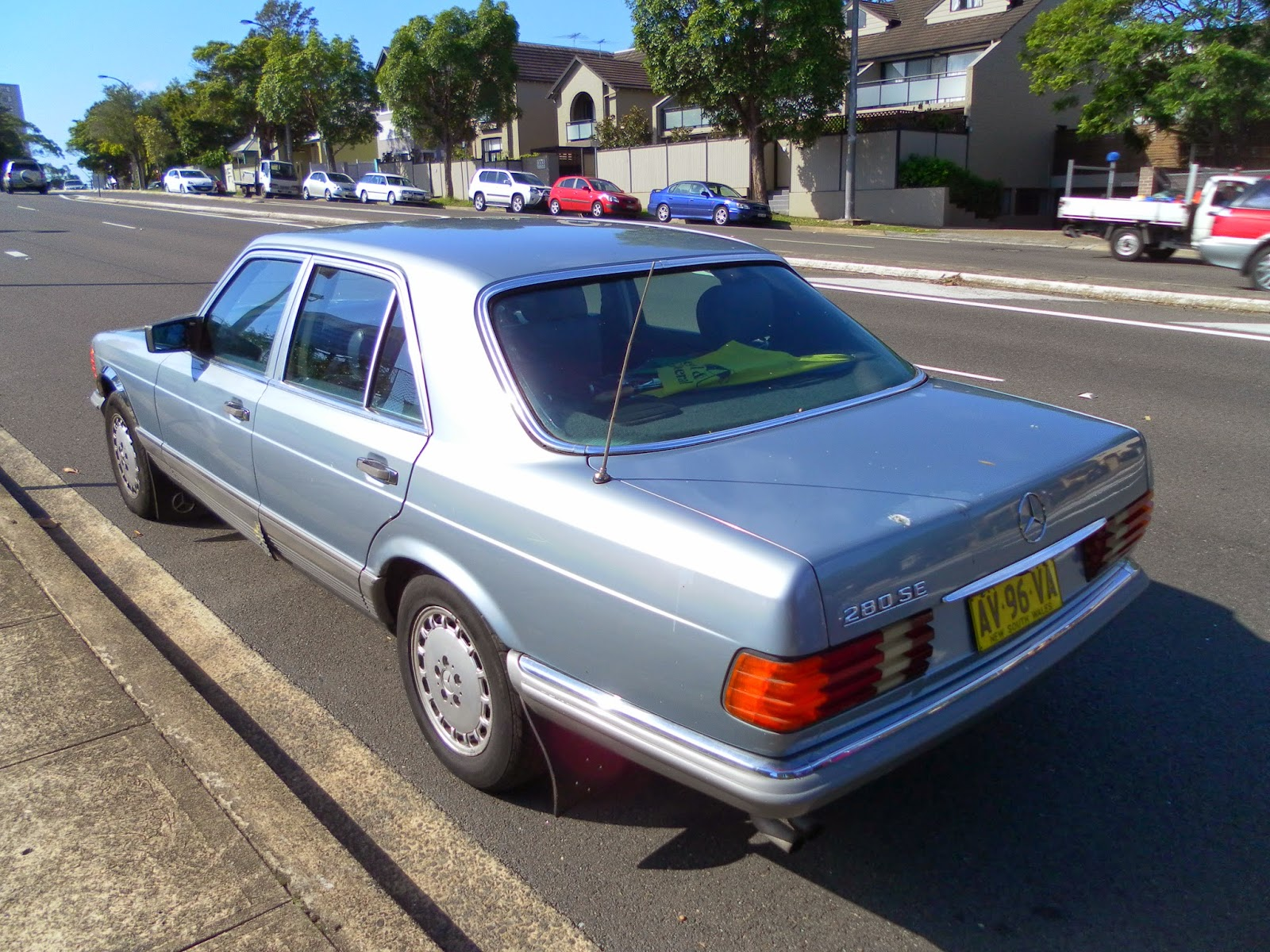 aussie old parked cars 1982 mercedes benz w126 280 se. Black Bedroom Furniture Sets. Home Design Ideas