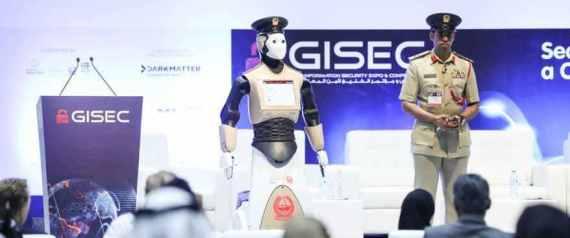 دبي تعلن رسمياً عن انضمام أول شرطي آلي إلى صفوف كوادرها.. هذه وظائفه