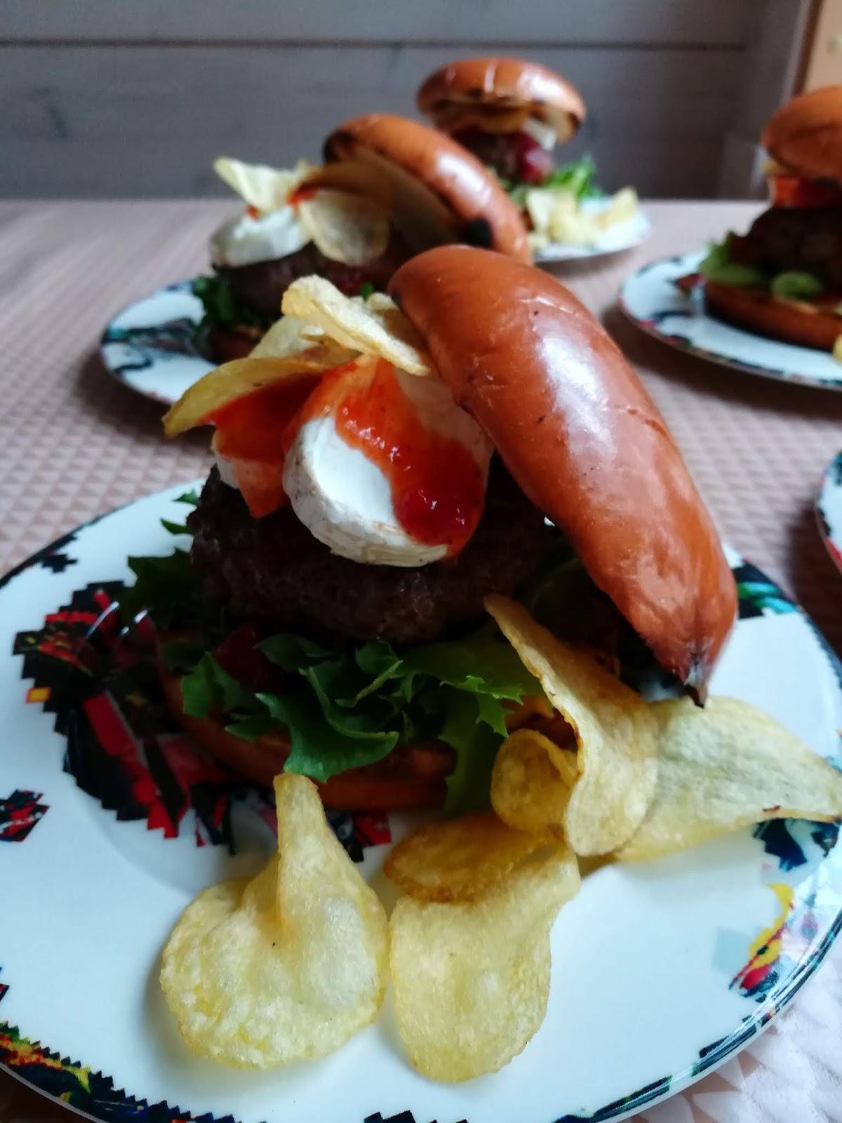 vuohenjuustoburgerit hampurilainen mallaspulla