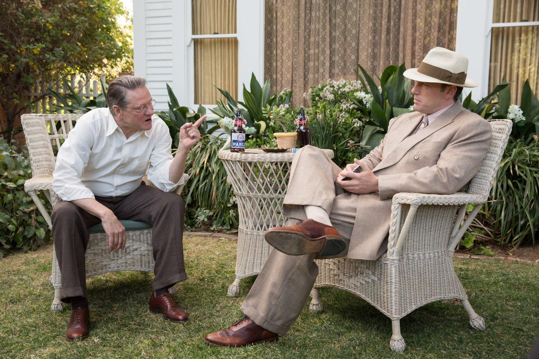 Ben Affleck y Chris Cooper en la película Vivir de Noche