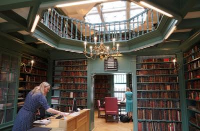 Fundada en 1616 por judíos que huyeron de la persecución católica en España y Portugal, la biblioteca de tres habitaciones está junto a la majestuosa sinagoga portuguesa de Amsterdam en el centro de la capital holandesa.