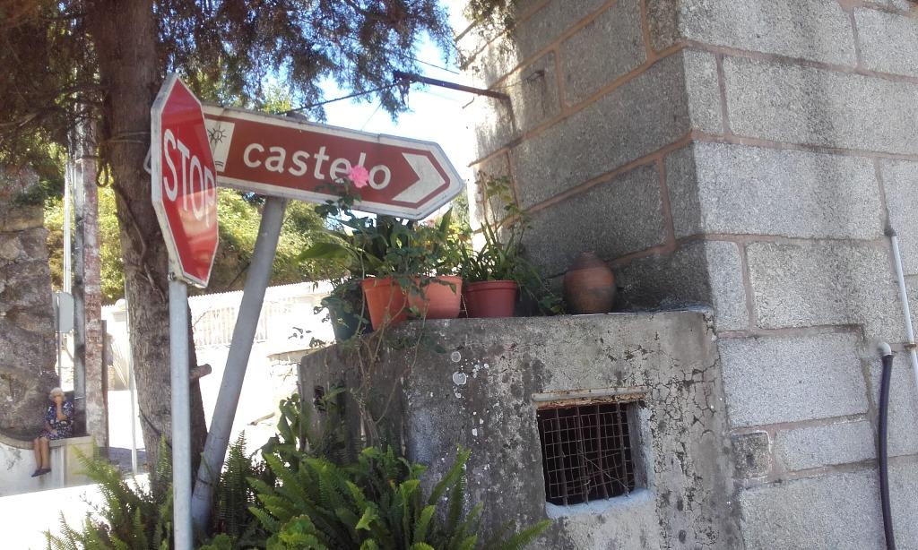 Placa para acesso á praia fluvial do Castelo