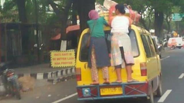 Emak-emak Jaman Now Rela Naik Angkot Dengan Posisi Begini, Netizen: Pengorbanan Seorang Ibu Luar Biasa