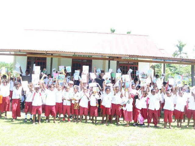Satgas Binmas Noken Polri Beri Buku Pelajaran ke SD YPPGI Kwamki Narama