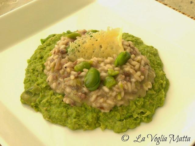 risotto con salsiccia e pecorino su purea di fave