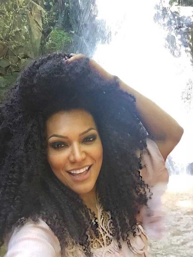 Simone Sampaio tira selfie à beira de uma cachoeira. Foto: Renato Cipriano