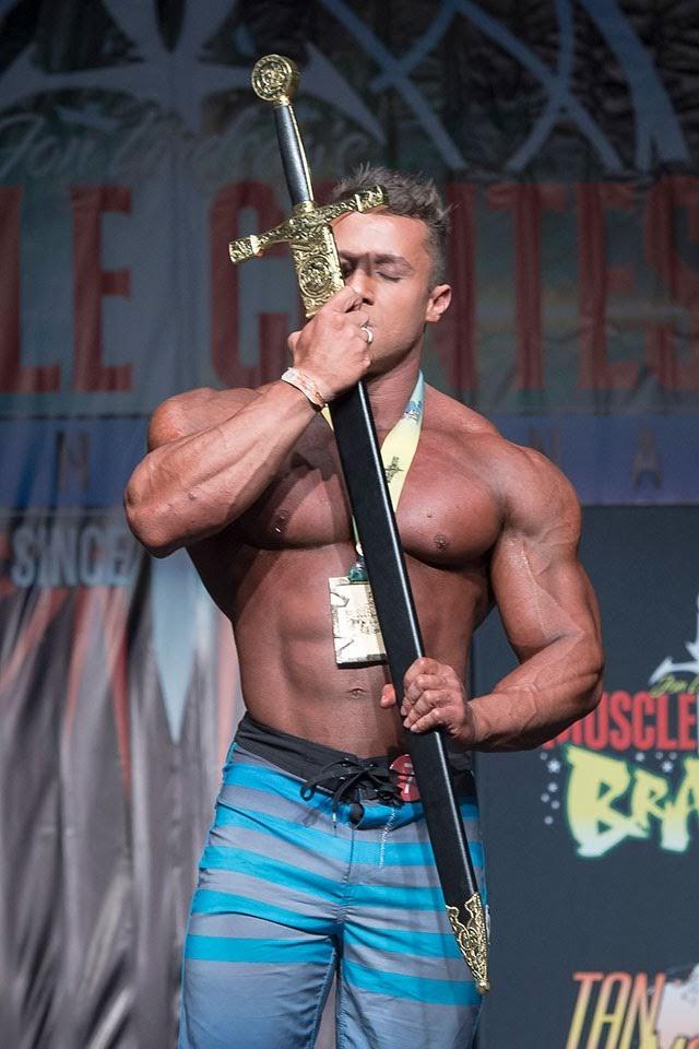 Diogo Montenegro beija a espada que ganhou como troféu no Muscle Contest Nacional 2018. Foto: Kiko Sanches