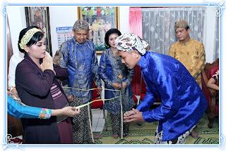 memotong-tali-lawe-upacara-mitoni