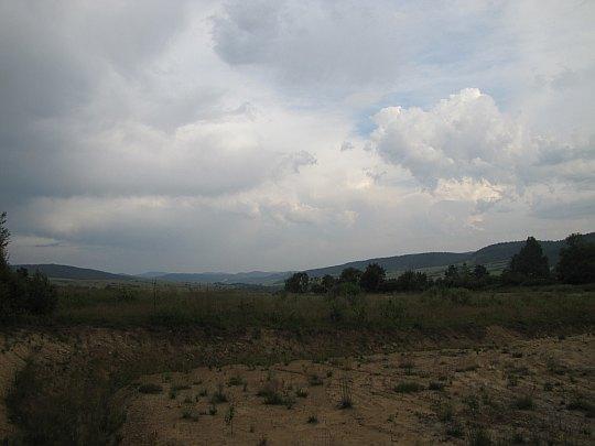 Widok na Jaśliski Park Krajobrazowy. Ciemne chmury nadchodzą nad Chyrową.