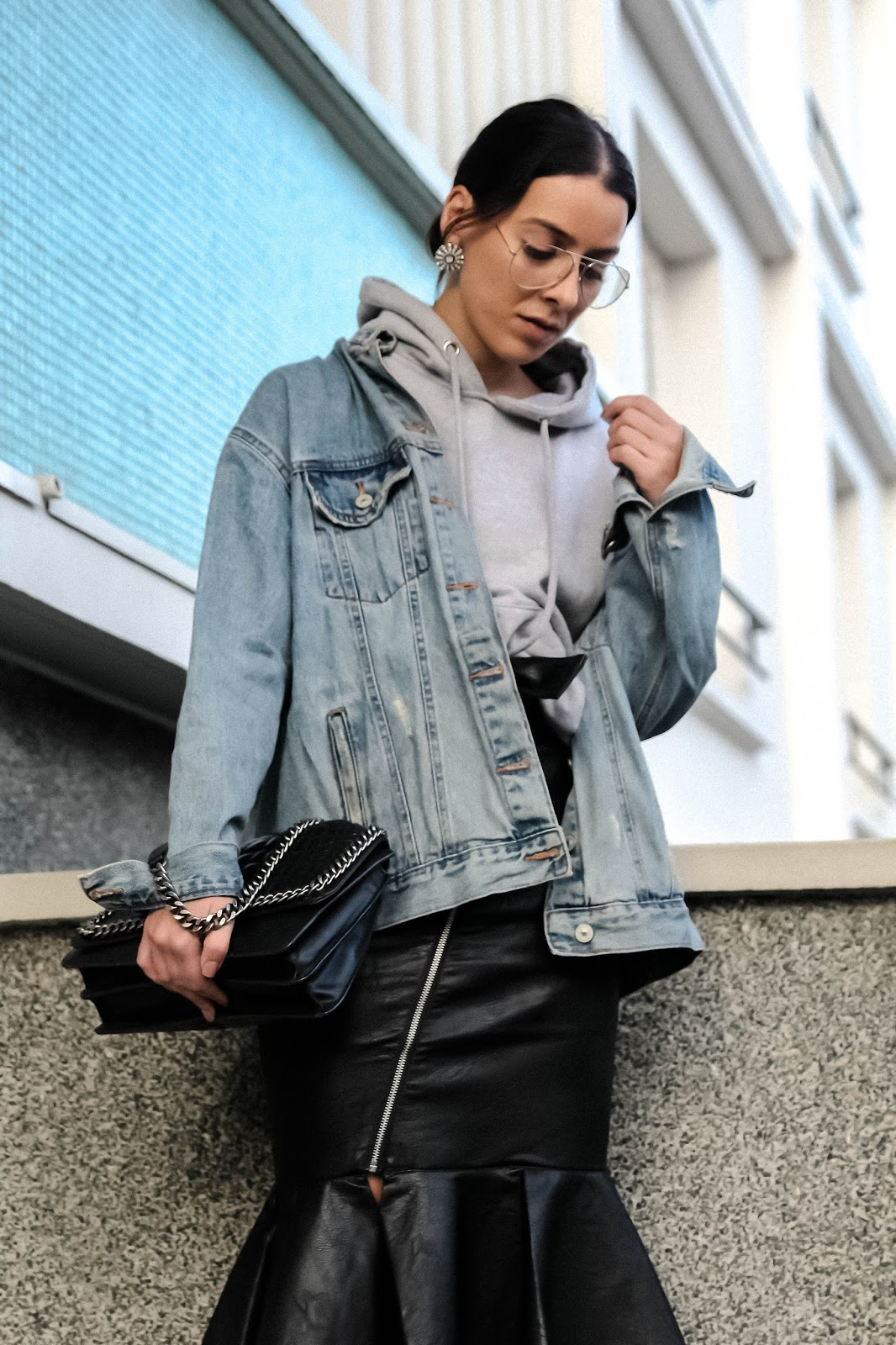 idée de look jupe en cuir et pull à capuche