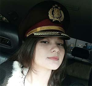 Adinda Putri (Dapucii) Pakai Topi Polisi