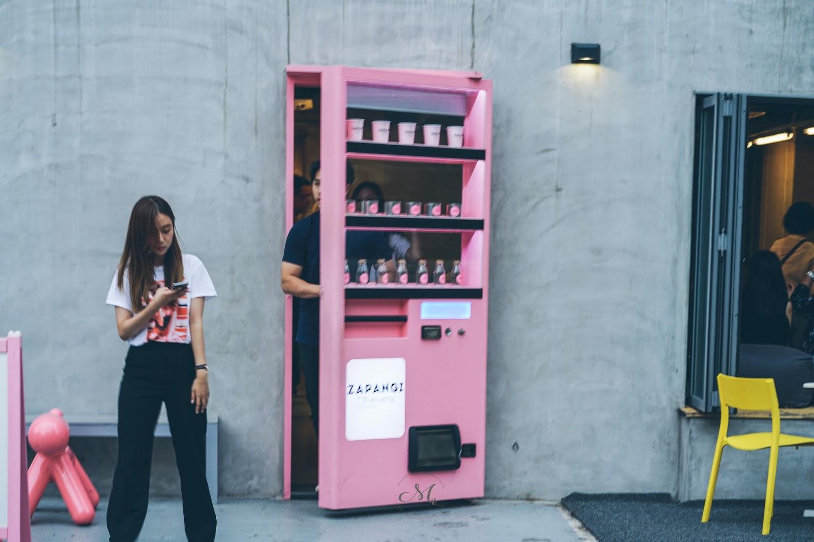 zapangi the pink vending machine cafe mini en monde. Black Bedroom Furniture Sets. Home Design Ideas