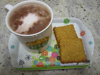 Biscuits à la courge avec une tasse de chocolat chaud, halloween