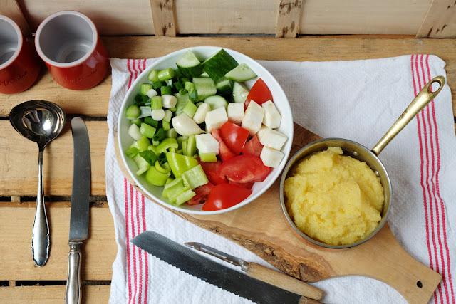frische Zutaten für Gazpacho: Gurke, Tomate, Sellerie, Paprika, Zwiebeln