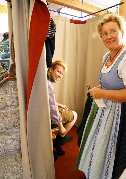 Anprobe einer Lederhose im Heimatwerk in Salzburg