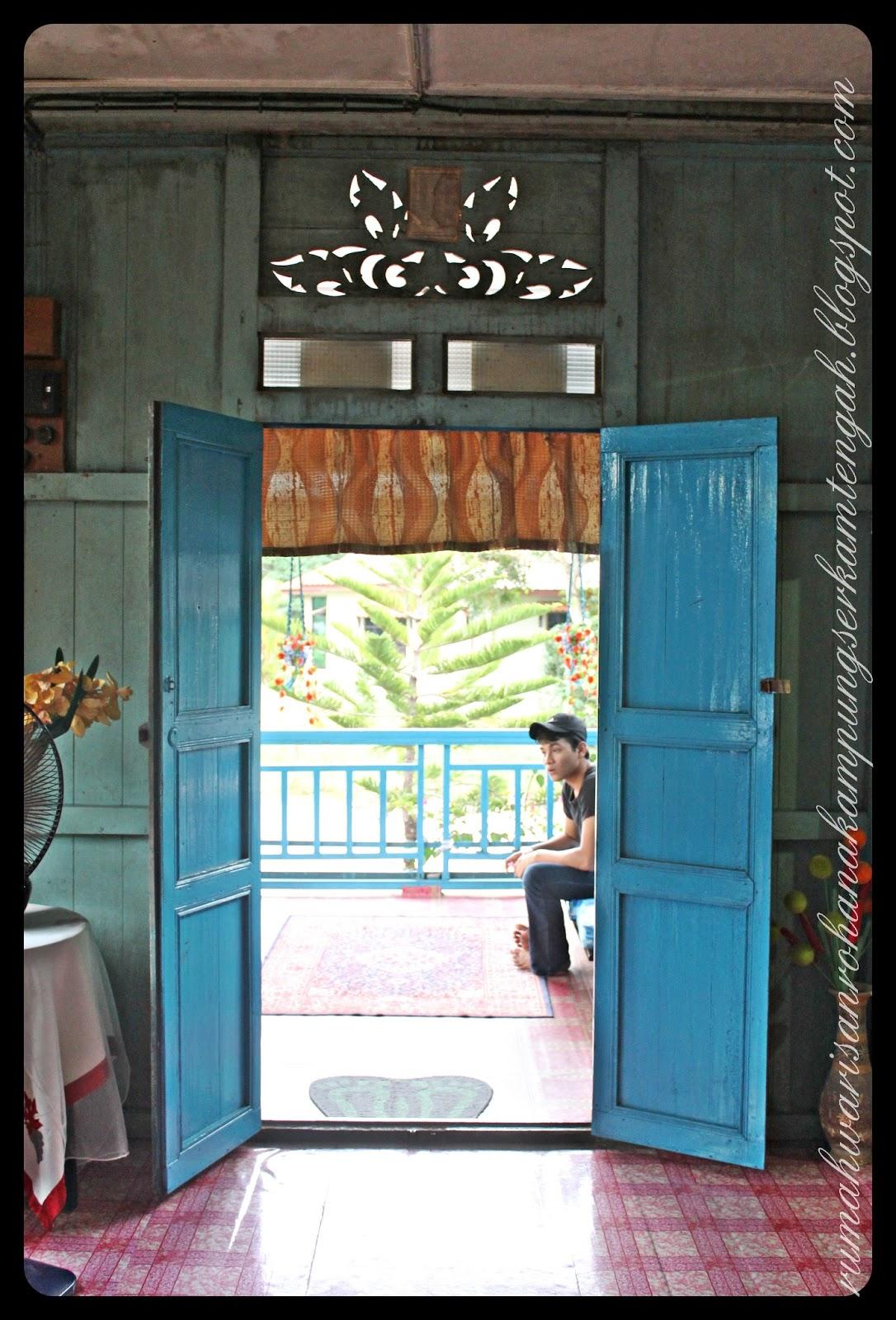Pintu Masuk Utama Ini Digantungkan Langsir Singkat Kerana Semasa Tetamu Yang Hadir Melangkah Ke Dalam Rumah Mereka Akan Kelihatan Menundukkan