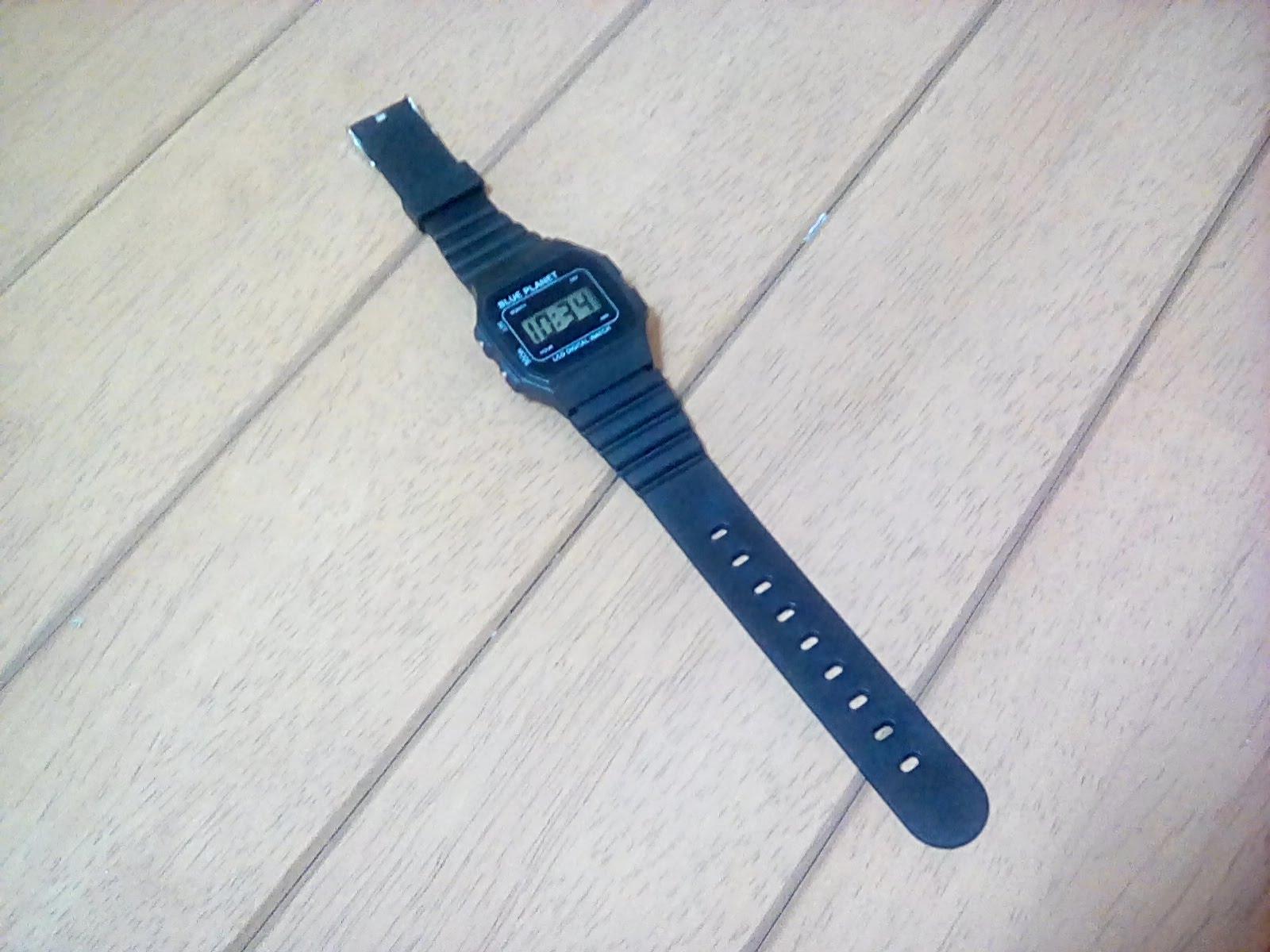 100円ダイソーのデジタル腕時計
