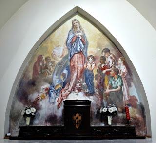 'Nossa Senhora e As Crianças' pintura de Aldo Locatelli na Capela do Morro do Sabiá, Porto Alegre