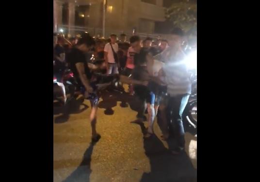 Nam thanh niên bị đánh hội đồng kinh hoàng vì xẩy ra chạm giao thông do đi bão mừng Việt Nam chiến thắng