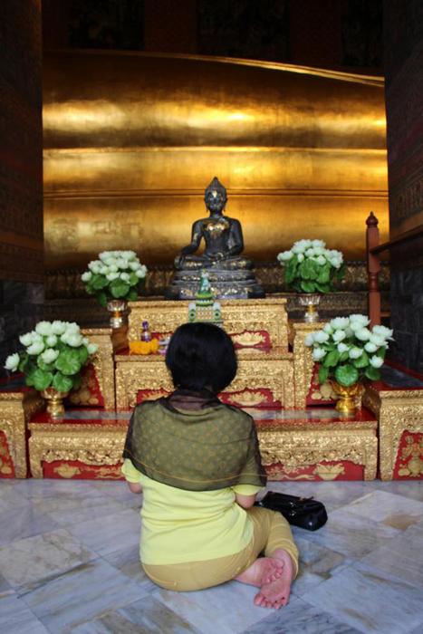 Frau im Wat Pho Tempel, Bangkok