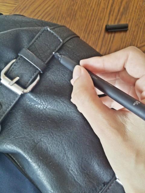Popravljanje sitnih oštećenja na kožnoj torbi markerom