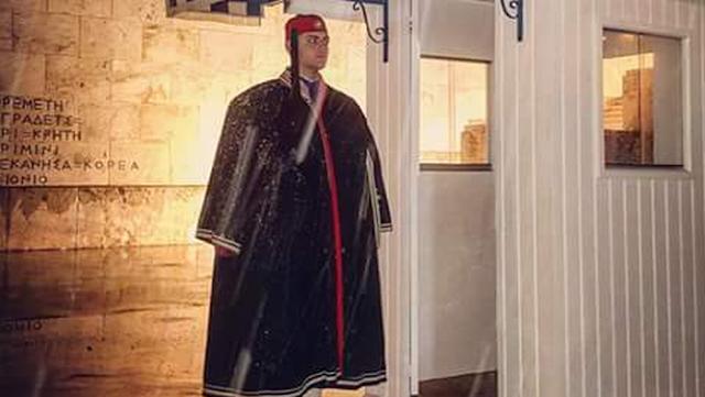 Αθήνα -2C: ΚΑΜΑΡΩΣΤΕ ΤΟΥΣ  Η φωτογραφία από προεδρική φρουρά που κάνει τον γύρο του διαδικτύου