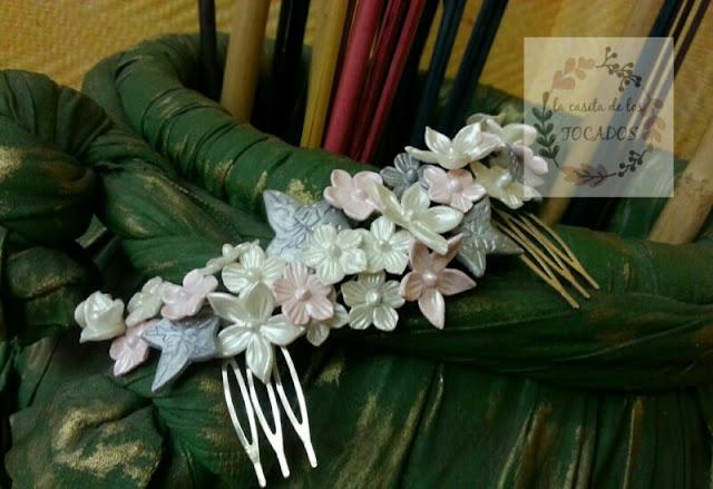 tocado para novia con hojas y flores de porcelana en blanco, plata y rosa muy pálido