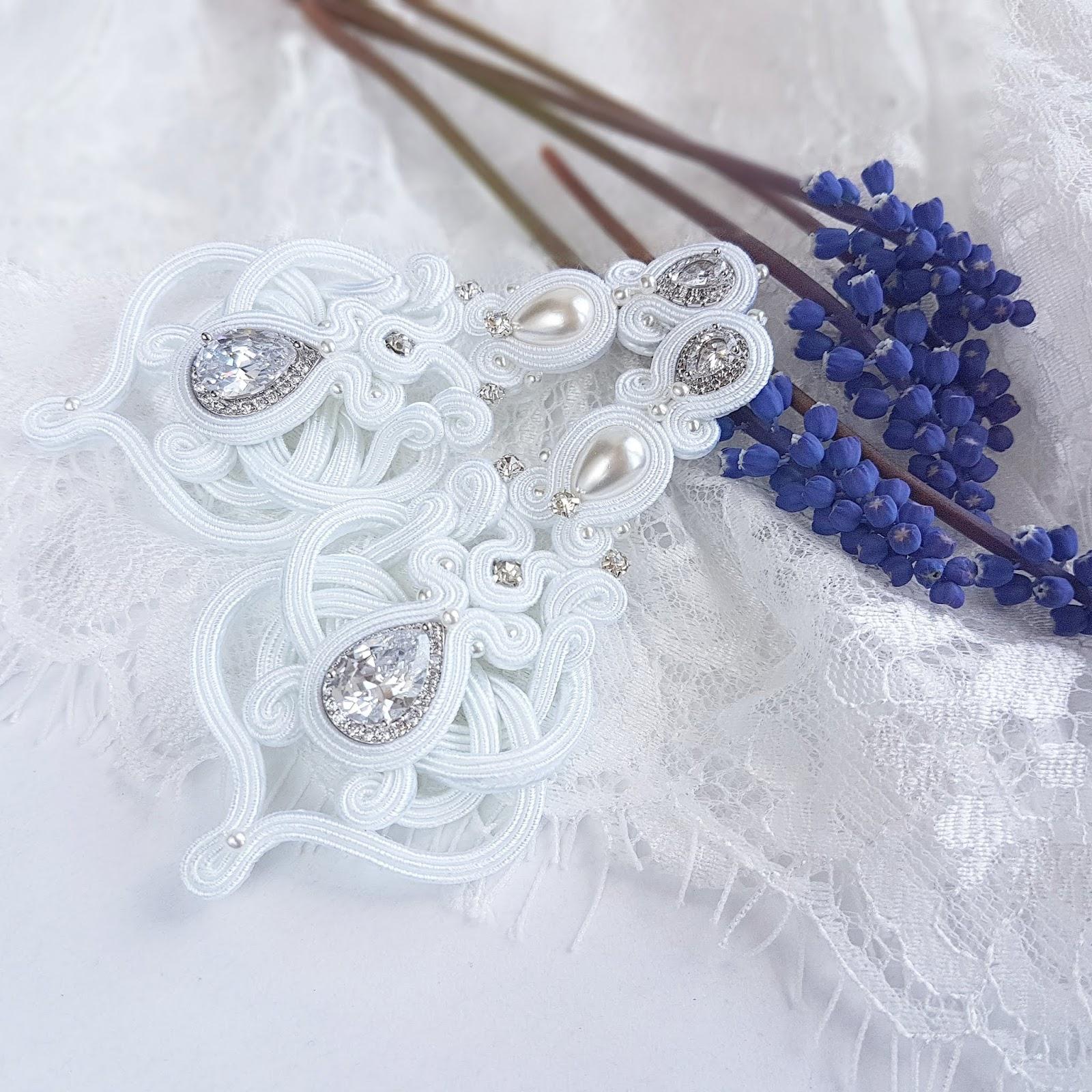 Śnieżnobiałe klipsy ślubne sutasz z cyrkoniami i perłami.