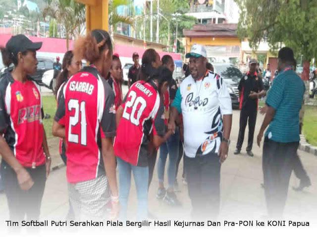 Tim Softball Putri Serahkan Piala Bergilir Hasil Kejurnas Dan Pra-PON ke KONI Papua