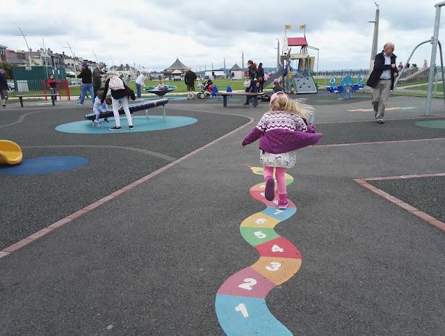 tyttö lapsi leikkii puisto hauskaa