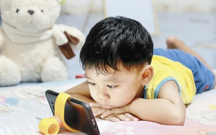 Dejar a los infantes expuestos a las pantallas con brillo provocará daños a su salud / WEB