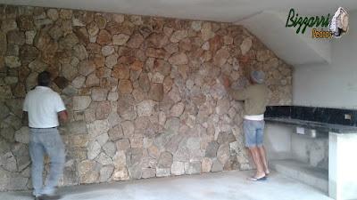 Revestimento com pedra moledo na parede sendo a pedra na cor bege com espessura de 17 cm.